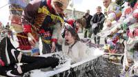 乌克兰泼水节漂亮妹子可以抱起来?地上的遗留物,让中国游客尴尬
