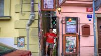 最奇葩的红绿灯,装在半米宽巷子口,没想到火成旅游景点!