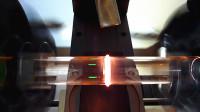 两根玻璃管高速旋转,相互摩擦的通红,就这样焊接到一起了