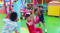 太有趣了!萌宝小正太和好朋友在游乐园玩耍!为何最后却哭了?