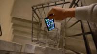 将手机从90米高的螺旋楼梯扔下,会被摔成啥样?隔着屏幕心疼它!