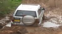 越野车被困泥潭,挣扎一番,才终于挣脱。