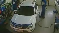 女司机喜提新车,一出门就发生这样的事,不是监控谁信!