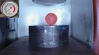 液压机挤压烧红的铁球,想和液压机一分高下,有点困难