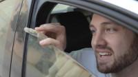 车窗真能把手指夹断吗?老外不要命亲自上阵测试,看着都疼!