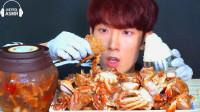 韩国美食小哥,试吃特色酱蟹,一口咬下去太美味了