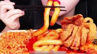 国外美女吃播:炒年糕和油炸鱿鱼,就不能小口一点吗?