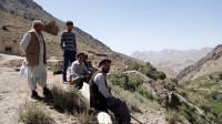 阿富汗巴米扬农村,溪水洗脸做饭,土坑厕所,看到中国人议论纷纷