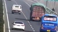 高速上内急,女司机下车解决,被监控拍到这样的画面