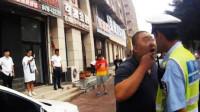 女司机违章被罚,车内醉酒男友却看不下去了,大街上疯狂辱骂交警,2秒后悲剧了!