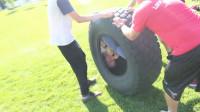 老外将自己塞进轮胎中,体验从斜坡上滚下的感觉,网友:太会玩了