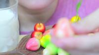 美女试吃水果软糖,香甜可口真解馋
