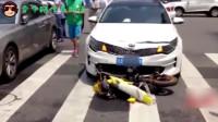 摩托车与小车相撞,男子受伤腿骨都露出来了,交警:摩托车全责