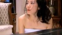 丈夫坐在客厅,保姆穿着浴袍就跑出来了