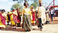 非洲16岁男孩当酋长,上任就能娶100多个老婆,结果却哭了