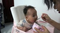 6个月宝宝辅食第一次加蔬菜,93年妈妈选择胡萝卜,宝宝抢着吃