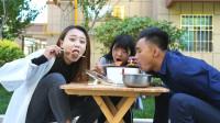 美女蹭吃邻居家丸子火锅,邻居给了一根筷子,没想美女一招全吃完