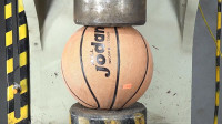 用液压机碾压篮球,结果会发生什么