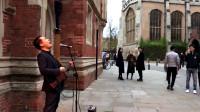 中国人在剑桥大学唱起这首歌,当口哨声响起时,引来路人疯狂!