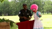 保安对于小丑的表演不服气,小丑接下来的做法,让他转变了看法
