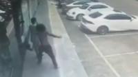广东东莞:一女子打电话时 被路过的赤膊长发男 突然一拳打进室内