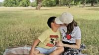 49岁李嘉欣郊外野餐母性大发,对嘴亲吻8岁独生子引热议