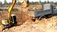 这台挖掘机真不会干活,翻斗车停的位置太高了,装车很费劲