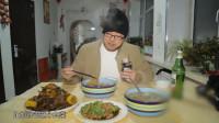 男子来到东北小村庄,体验当地特色农家菜,好吃得不得了