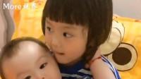 """自从生了个二胎弟弟,在小情人手里就变成了大""""玩具"""",真是太逗了"""