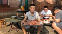 700多块做了一席,阿远表哥来家做客,小龙虾、牛肉串上齐了