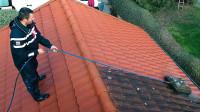 多年没清洗的屋顶有多脏?老外用高压水枪一冲,强迫症表示很解压