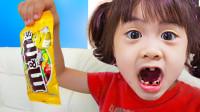 太糟糕了!萌宝小萝莉到底吃了什么东西?为何牙齿全黑了呢?