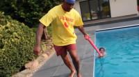 在泳池中情不自禁尿尿?网友:这是道德的败坏,还是人性的扭曲?