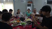 暑假迎来各地网友相聚一堂,举杯喝酒吃海鲜,如同一家人好开心