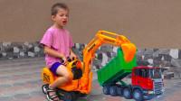 超厉害!运泥车发生车祸车翻了,萌宝小正太用挖掘机如何帮助它?儿童玩具游戏故事