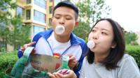 美女摆吹泡泡糖游戏,吹的大奖励绝地求生装备,没想来了个高手学生