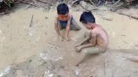 家里没菜下锅了,农村小兄弟俩一起去野外捉鱼,看看捉到了啥?
