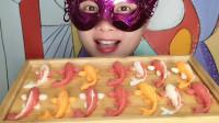 """小姐姐吃""""彩色小鱼巧克力"""",创意造型迷你逼真,香甜丝滑超赞"""