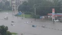 """成都突降暴雨开启""""看海模式"""" 小车被淹 多条道路临时关闭"""