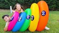 超好玩!萌宝小萝莉和爸爸在玩捉迷藏吗?为何躲在彩色圆圈里?儿童亲子益智游戏玩具故事
