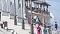 女子载3岁儿子去江边游玩 男童误拧车把致3人坠江