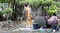 柬埔寨美女户外洗澡,身上衣服成亮点,网友:是洗澡还是洗衣服?