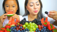 国外小姐姐,和女儿一起吃新鲜水果,小朋友长得好可爱