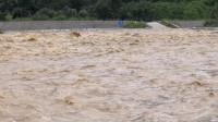 暴雨过后,河水暴涨,几台挖掘机现场抢救,小山村能否安全?