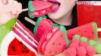 各种西瓜造型的甜点摆满桌子,看起来可爱又美味,小姐姐大口吃好开心