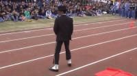 运动会上学生模仿迈克尔杰克逊,橡胶跑道滑太空步,大写的佩服
