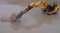 实拍:鳄鱼大战挖掘机,鳄鱼以为自己很牛,结果悲剧了!