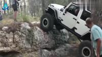 这石头快比车高了都能上去,真是把车当坦克开呀
