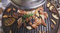 肉香不怕巷子深!情怀小店创新传统炙子烤肉,歪果仁好评如潮