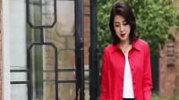 红色的风衣外套配上红色的口味真的是很搭,时尚魅力动人